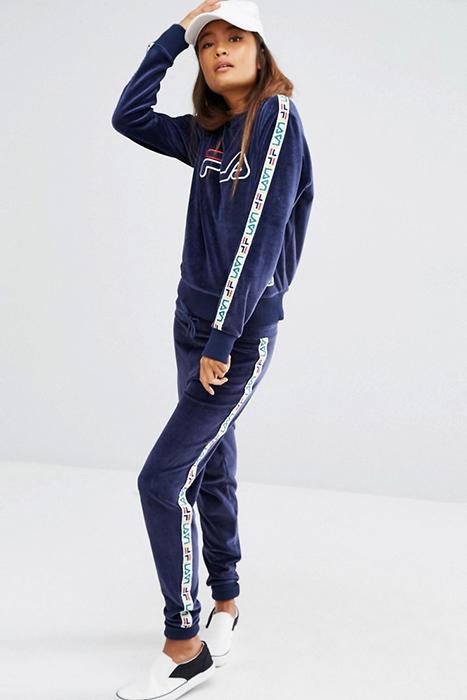 db13ab7aa39b Поклонникам ретро-стиля в спортивной одежде приглянется коллекция Fila  Vintage. Здесь найдутся однотонные костюмы с контрастной отделкой, ...