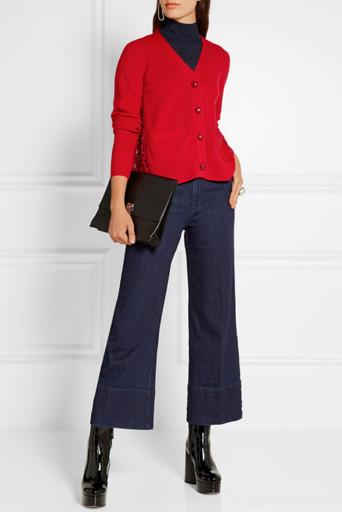 812b4082a14 Узкие темно-синие джинсы с завышенной талией наденем с черным шелковым  топом и приталенным кардиганом из черного гипюра. К образу подберем  нарядные замшевые ...