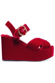 85dc4eb46 Босоножки на танкетке – удобная модель для повседневной носки. Если выбрать  эту обувь в красном цвете, то с её помощью можно создать множество  интересных и ...