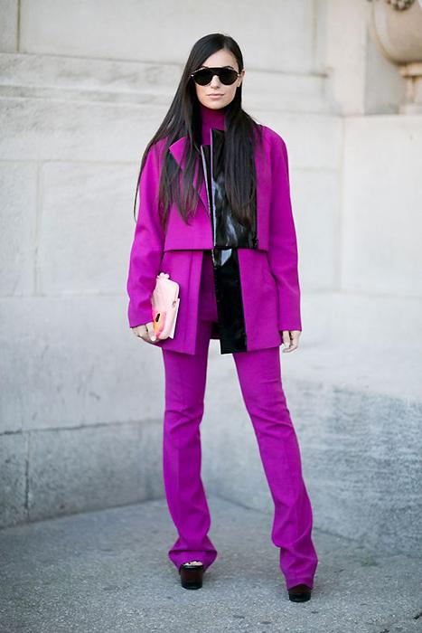 6996d6310fb2 К примеру, приобрести красивый фиолетовый костюм. Чтобы такая интересная  модель выглядела стильно, нужно подобрать фасон по фигуре и правильно  дополнить ...