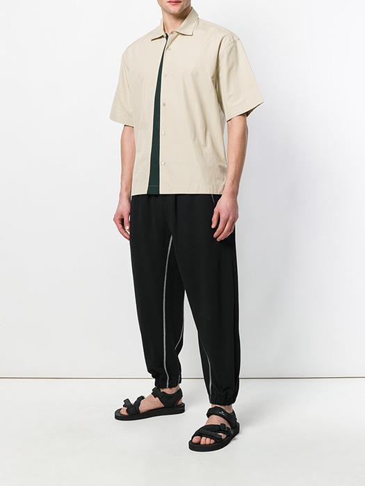 758ed451d905 Ассортимент мужских брюк разнообразен. В моде слаксы и чиносы, джоггеры и  галифе, а также утилитарные модели, получившие название «бананы».